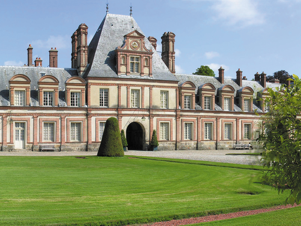 Half-Day Trip to Chateau de Fontainebleau with Transport from Paris